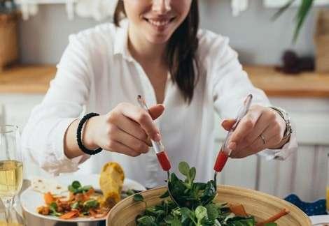合コンでサラダを取り分ける女性は「アリ」派