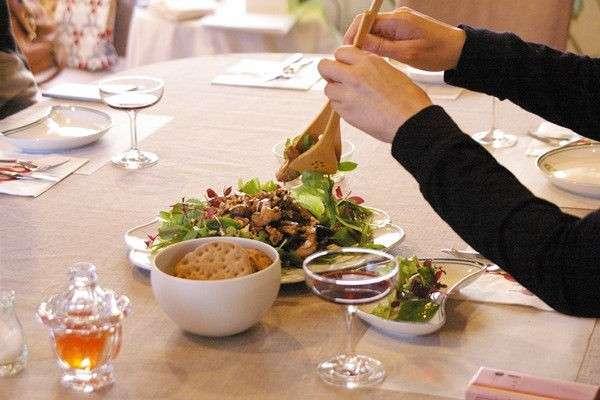 合コンでサラダを取り分ける女性は「ナシ」派
