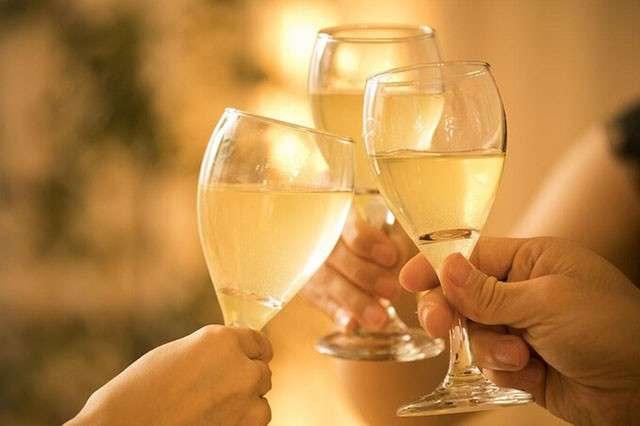 【デートで乾杯する時にグラスを下に出す】メリット