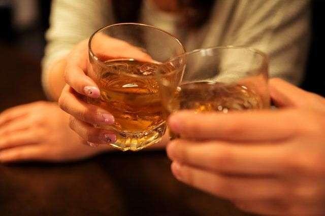 【デートで乾杯する時にグラスを下に出す】デメリット