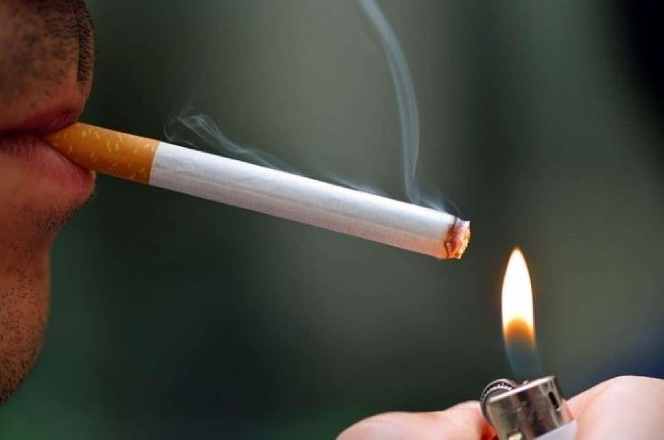 タバコ吸ってる画像