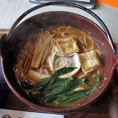 愛知県の名古屋名物「味噌煮込みうどん」